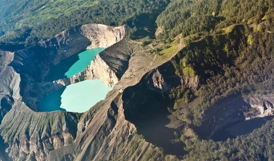 Flores , Indonesia - vulcano Kelimutu